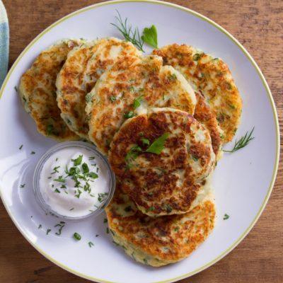 Kartupeļu pankūkas, Balts šķīvis, Zaļumi, Krējums, Recepte