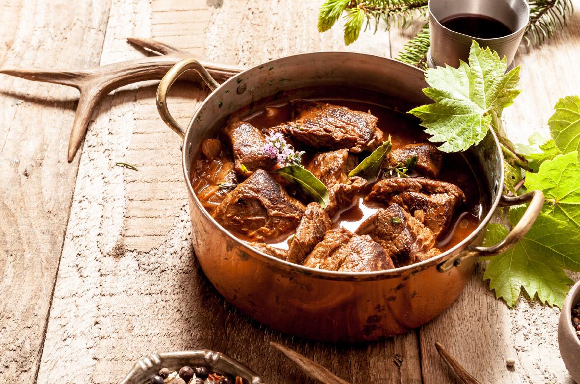 Sautēta marinētā briežu gaļa ar burkāniem