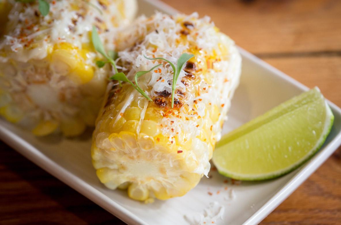 Grilēta kukurūza ar sieru un laima majonēzi
