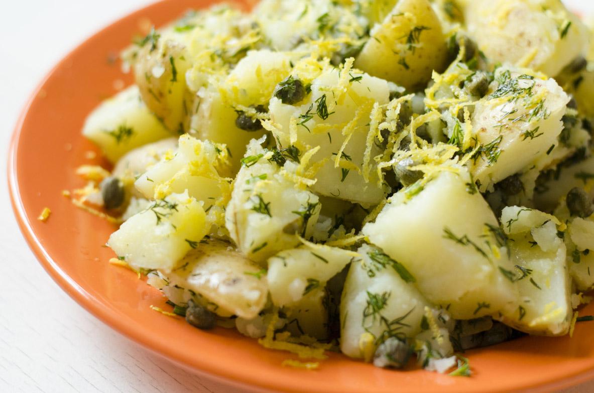 Kartupeļu salāti ar skābo krējumu un piparmētru
