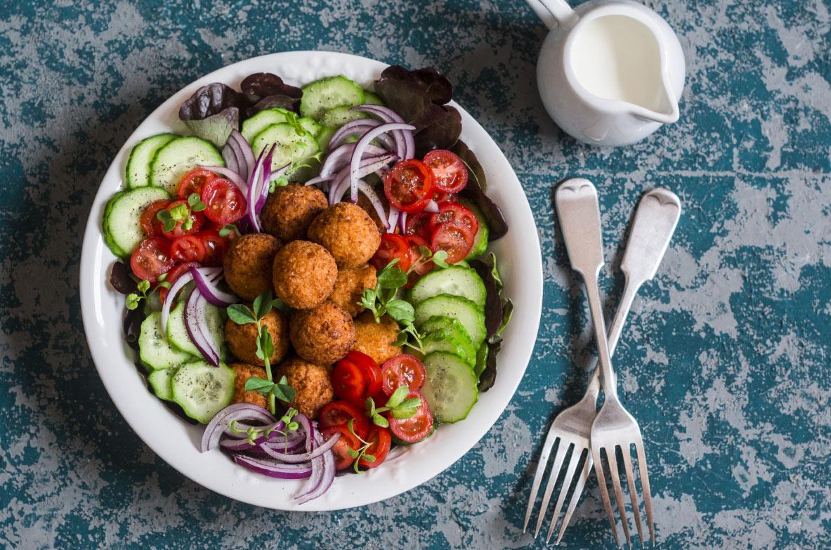 Falafel salāti ar citronu-tahini mērci