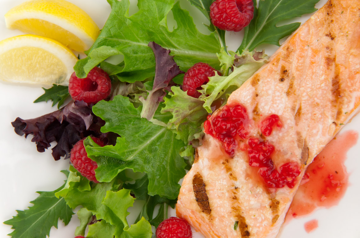 Grilēta laša salāti ar aveņu vinegreta mērci