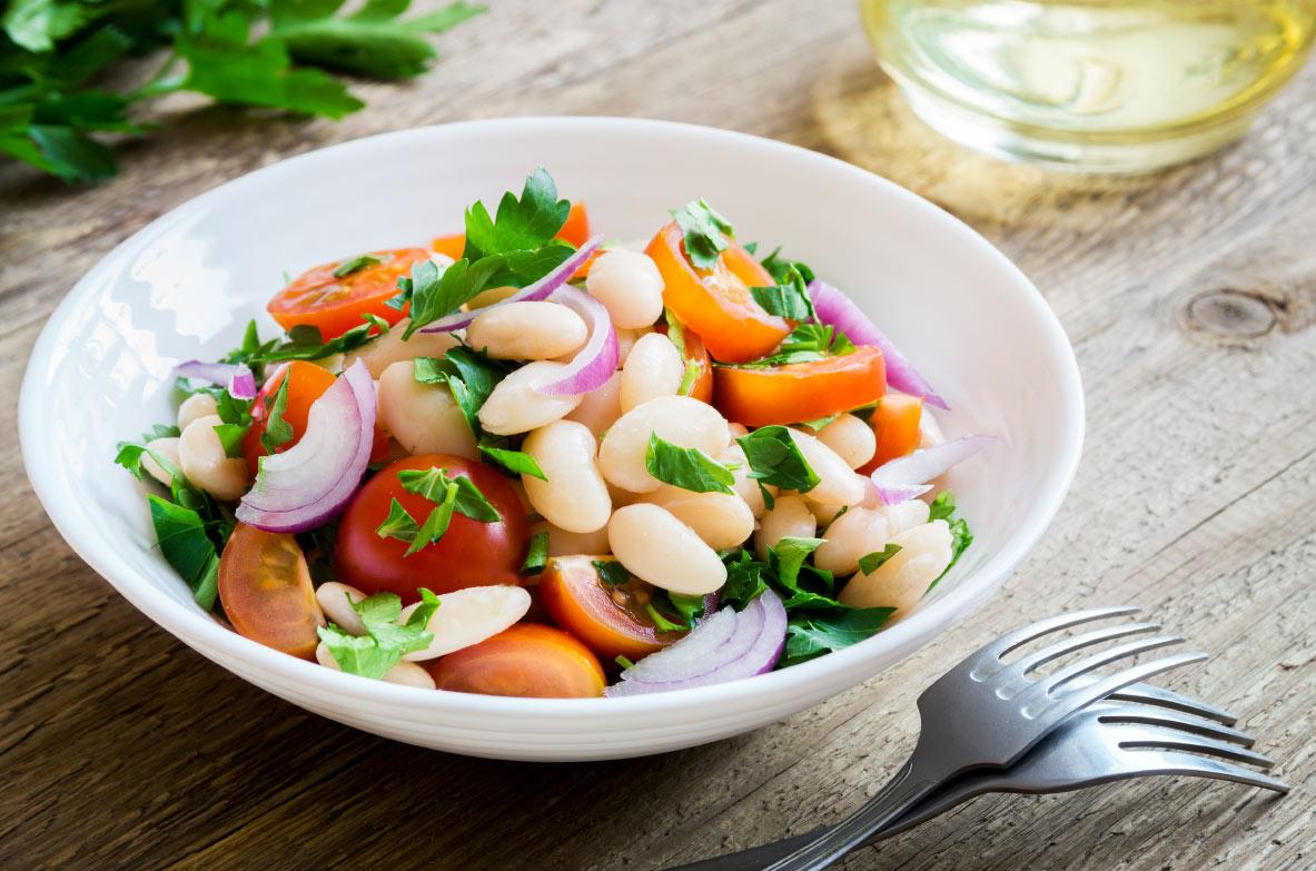 Balto pupiņu un dārzeņu salāti