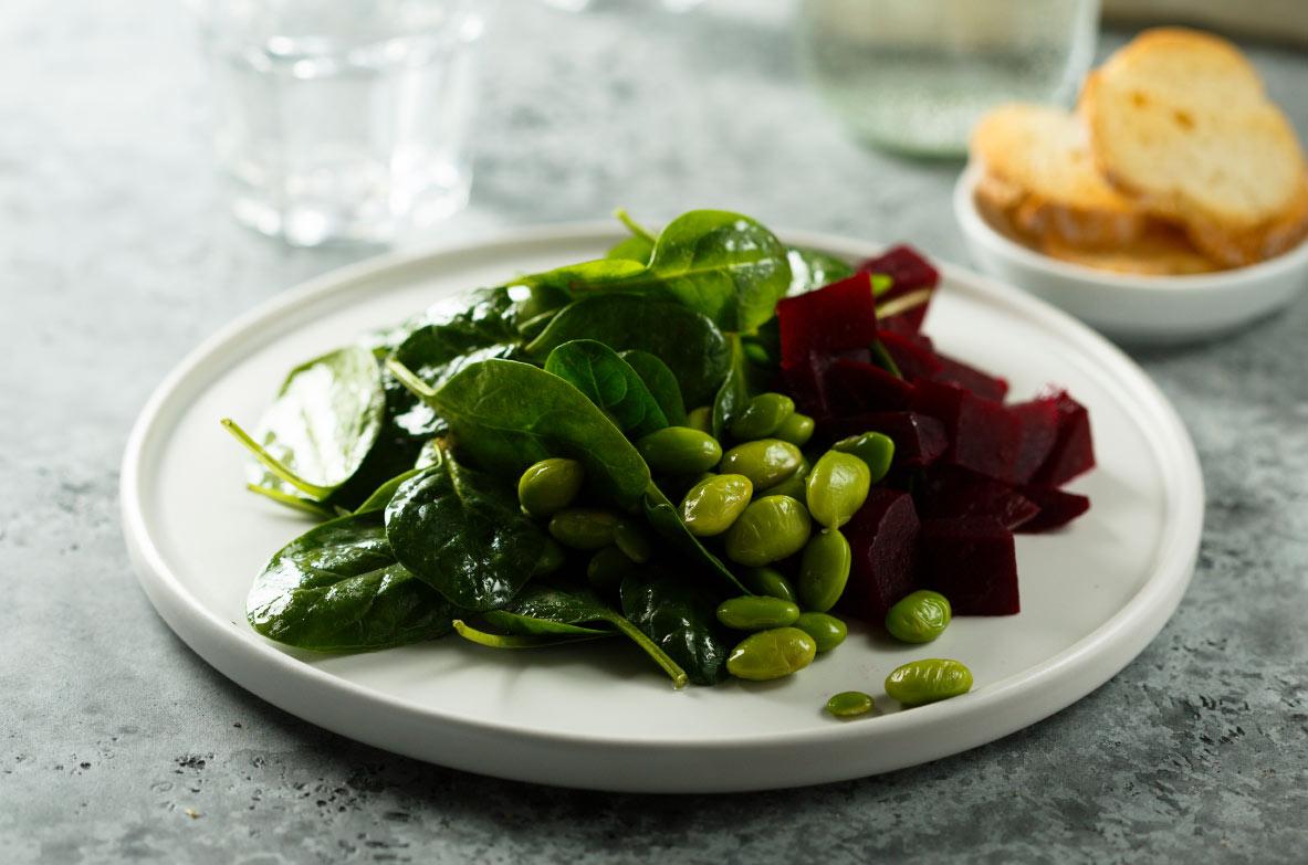 Zaļie salāti ar Edamame pupiņām un bietēm