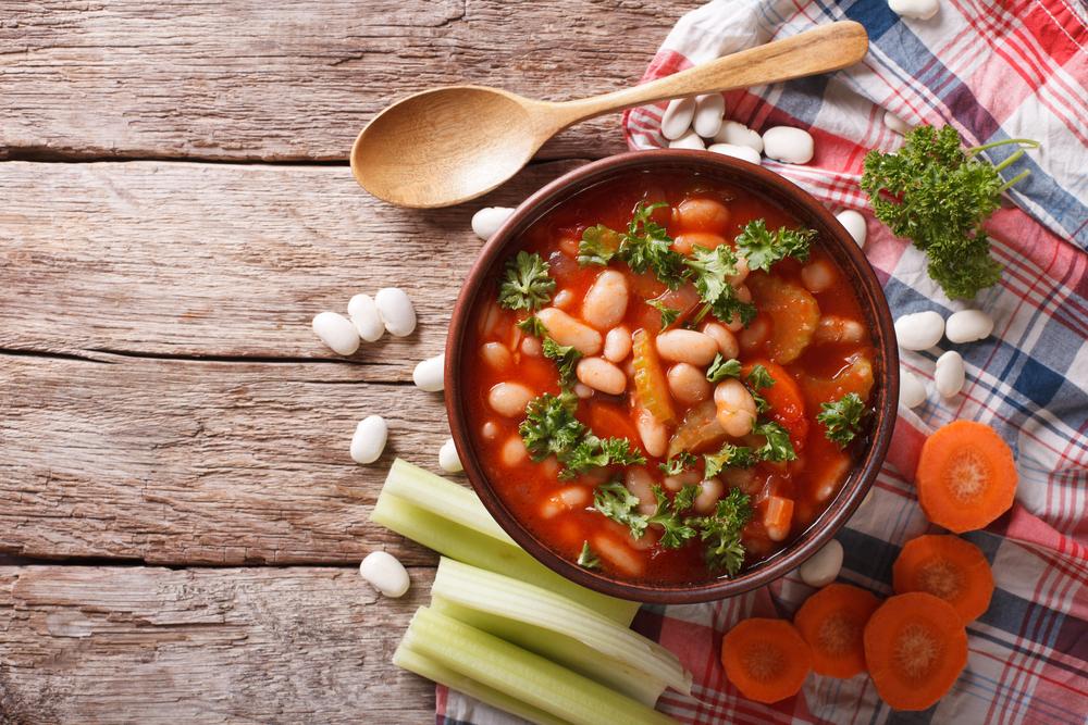 Vegāna kvinojas zupa ar pupiņām
